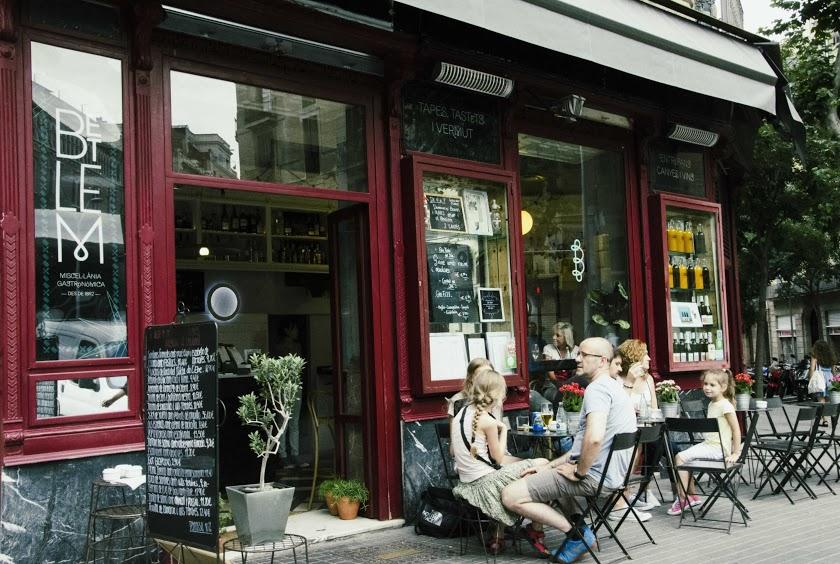 Cafe-i-Gaudiviertel-in Barcelona